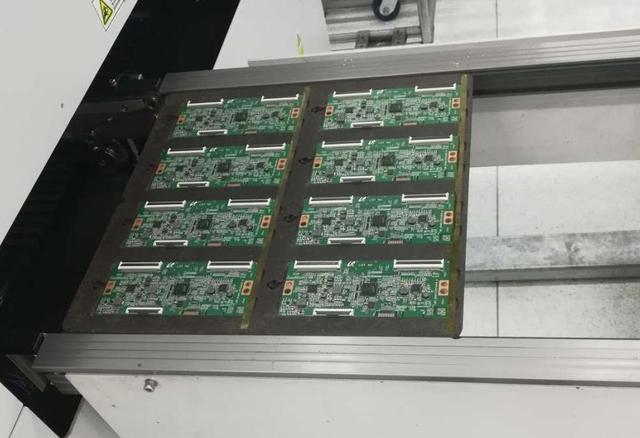 等待流入光学检测设备中的PCB